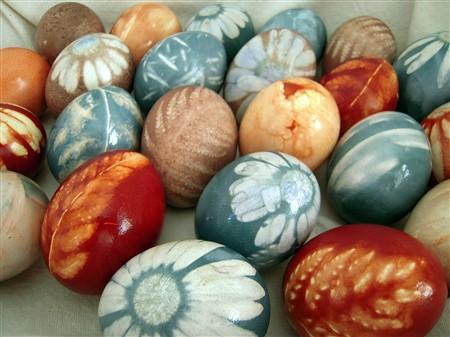 Lieldienās krāsosim olas jeb kā ar dabīgiem līdzekļiem iegūt dažādu krāsu olas