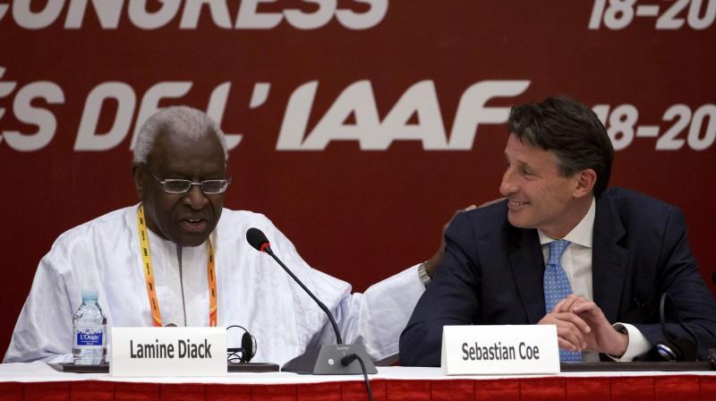 Bijušais IAAF prezidents Lamins Djaks un pašreizējais organizācijas prezidents Lords Ko.  Foto: AP/Scanpix