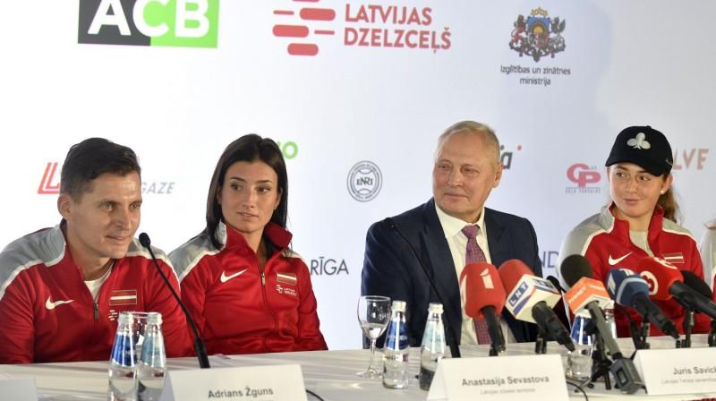 Juris Savickis ar izlases līderēm Anastasiju Sevastonu, Aļonu Ostapenko un kapteini Adrianu Žgunu. Foto: Romāns Kokšarovs, F64