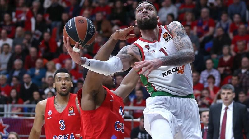 """Vitorijas """"Baskonia"""" spēlētājs Vensāns Puarjē uzbrukumā Maskavas CSKA grozam. Foto: euroleague.net"""