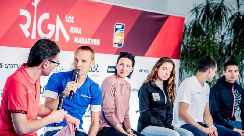 Maratona organizators Aigars Nords (no kreisās), Valērijs Žolnerovičs, Jeļena Prokopčuka, Ilona Marhele, Jānis Višķers un Dmitrijs Serjogins. Publicitātes foto