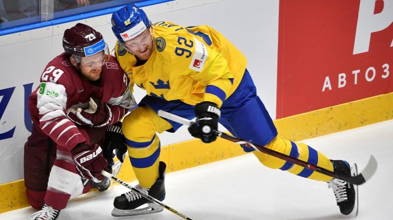 Ralfs Freibergs cīņā ar Gabrielu Landeskogu. Foto: Romāns Kokšarovs/f64