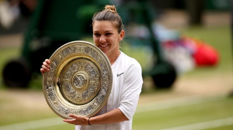 Simona Halepa ar Vimbldonas trofeju. Foto: PA Wire/Scanpix