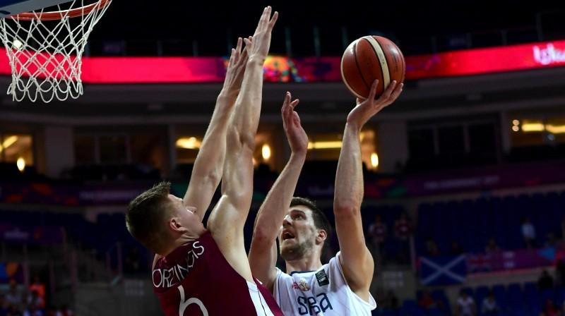 Ogņens Kuzmičs cīņā ar Kristapu Porziņģi 2017. gada Eiropas čempionātā. Foto: AFP/Scanpix