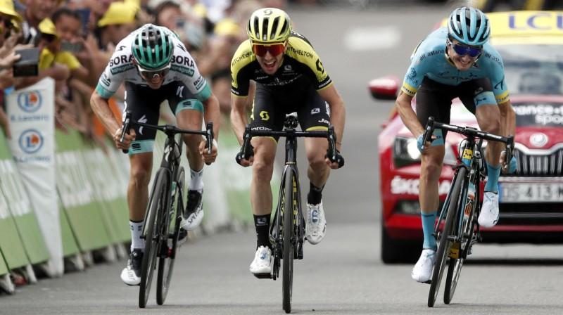 """""""Tour de France"""" 12. posma uzvarētājs Saimons Jeitss (pa vidu) traucas pretī uzvarai Foto: EPA/Scanpix"""