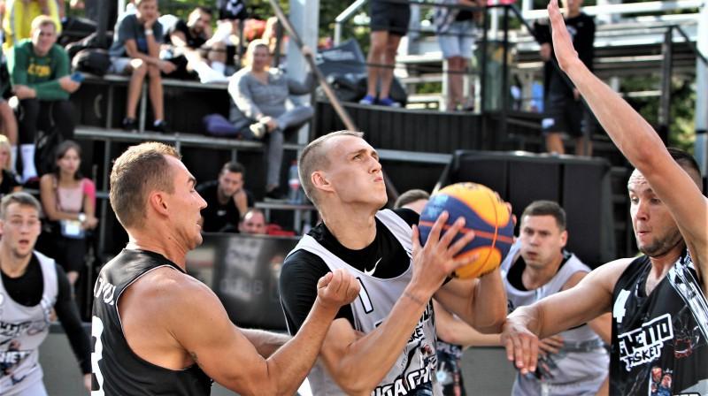 """Nauris Miezis (uzbrukumā) spēlē pret """"Ventspils Ghetto"""". Foto: Renārs Buivids"""