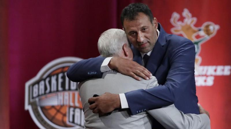 Džerijs Vests un Vlade Divacs. Foto: AP / Scanpix