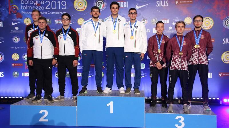 Ernests Erbs (no labās), Rihards Zorge un Daniels Vilciņš uz Eiropas čempionāta komandu sacensību goda pjedestāla. Foto: esc-shooting.org