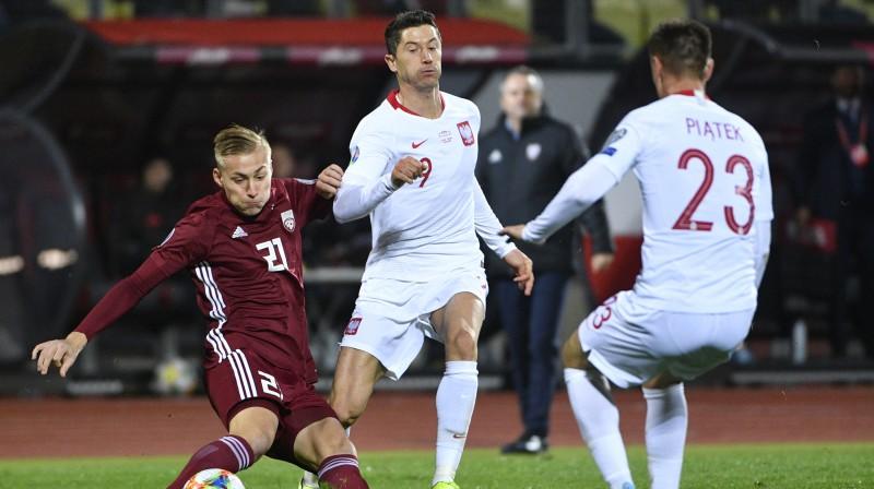 Kristers Tobers pret Robertu Levandovski un Kšištofu Pjonteku. Foto: Romāns Kokšarovs/f64