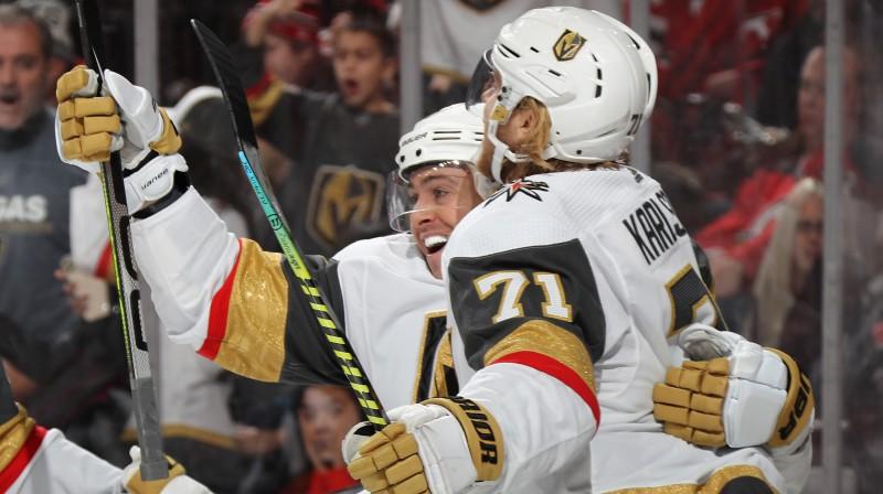 "Lasvegasas ""Golden Knights"" hokejists Viljams Kārlsons apveic Žonatanu Maršeso. Foto: Bruce Bennett/AFP/Scanpix"