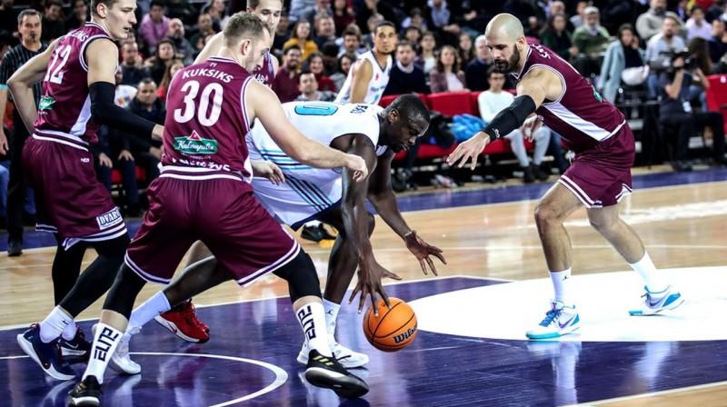 Rihards Kuksiks aizsardzībā. Foto: FIBA