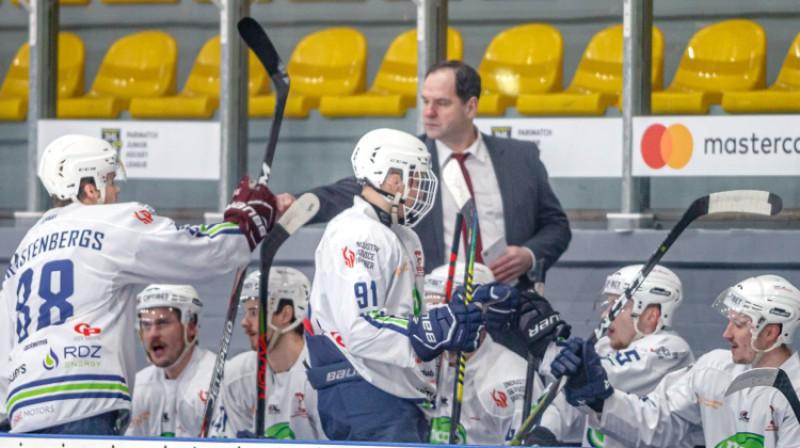 """Renārs Krastenbergs un Ģirts Ankipāns uz """"Mogo"""" soliņa. Foto: Agris Bricis/Optibet Hokeja līga"""