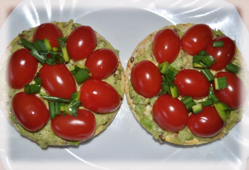 Avokado un ķiršu tomātu maizītes