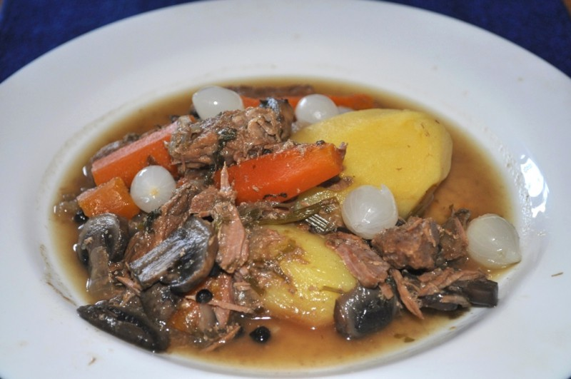 Sautēta liellopa gaļa ar burkāniem, sēnēm un marinētiem sīpoliem