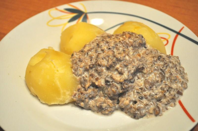 Lēti un garšīgi: saldētu sēņu mērce ar vārītiem kartupeļiem