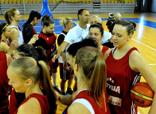 22 meitenes, 1 komanda: Latvija sāk Francijas tūri