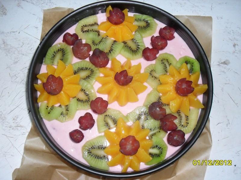 """""""Selgas"""" cepumu torte ar biezpienu, zemenēm un tropu augļiem"""