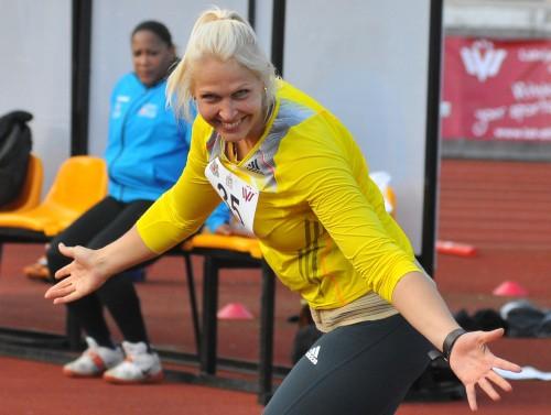 Ozoliņa-Kovala uzbrūk Latvijas rekordam, vīri met pāri 80 metriem