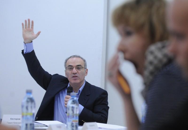 FIDE uz diviem gadiem atstādina leģendāro Kasparovu