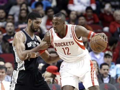 """""""Rockets"""" bez Hārdena pieveic """"Spurs"""", Džinobili savainojas pēc danka"""