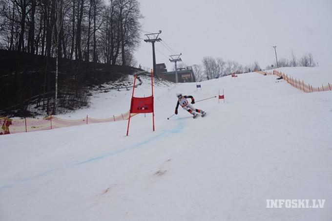 Spraigās cīņās aizvadīts Vilciņa kausa otrais posms kalnu slēpošanā bērniem