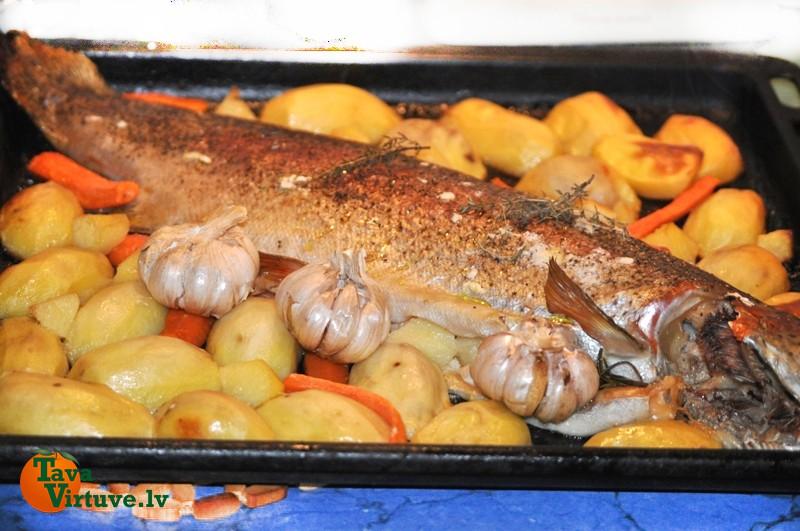 Cepeškrāsnī cepta forele ar kartupeļiem