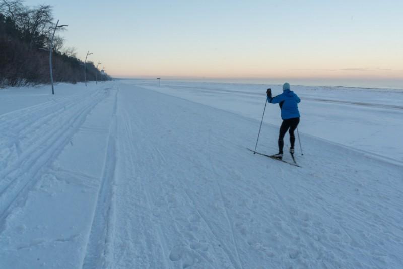 Jūrmalas pludmalē izveidota 22 km gara distanču slēpošanas trase