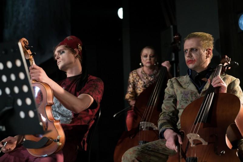 """Ar izrādes """"Doriana Greja portrets"""" režisori Lauru Grozu-Ķiberi sarunājas kultūras žurnālists Arno Jundze"""