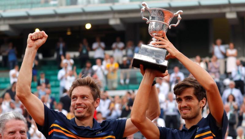"""""""French Open"""" vīriešu dubultspēlēs triumfē mājinieki Erbērs un Maū"""