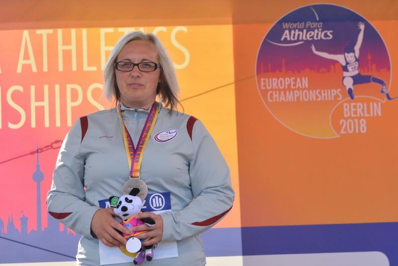 Paraolimpiete Priede apsteidz vienu konkurenti un iegūst EČ bronzu