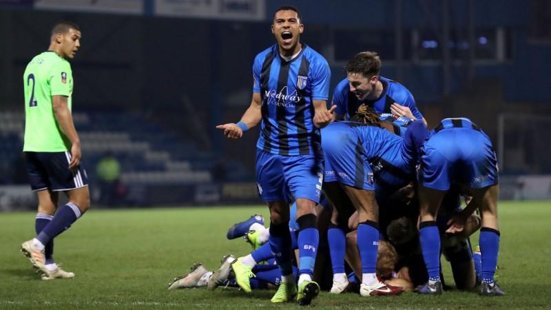 """""""Cardiff"""" zaudē 3.līgas pastarītei, """"Huddersfield"""" izslēdz 2.līgā spēlējošā """"Bristol"""""""
