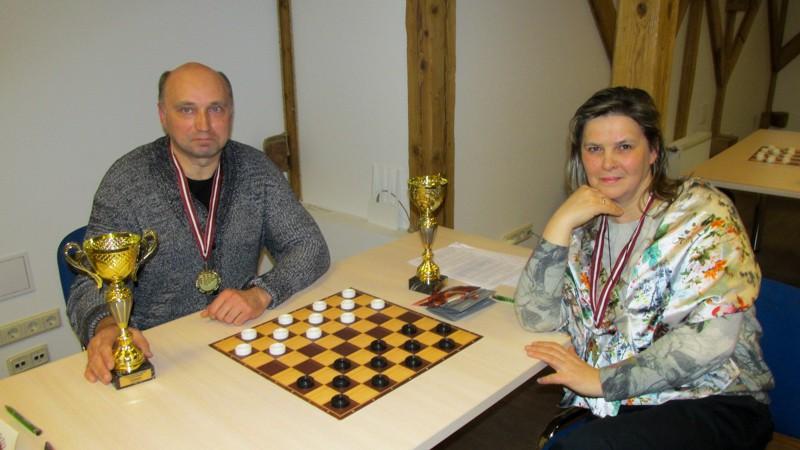 Valneru ģimene triumfē Latvijas čempionātā 64 lauciņu dambretē