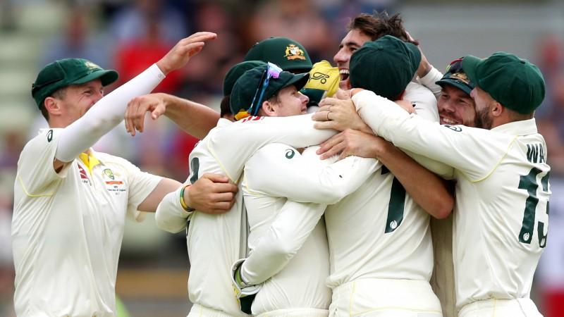 """Austrālija ar varenu otro iningu pārspēj Angliju pirmajā """"The Ashes"""" mačā"""