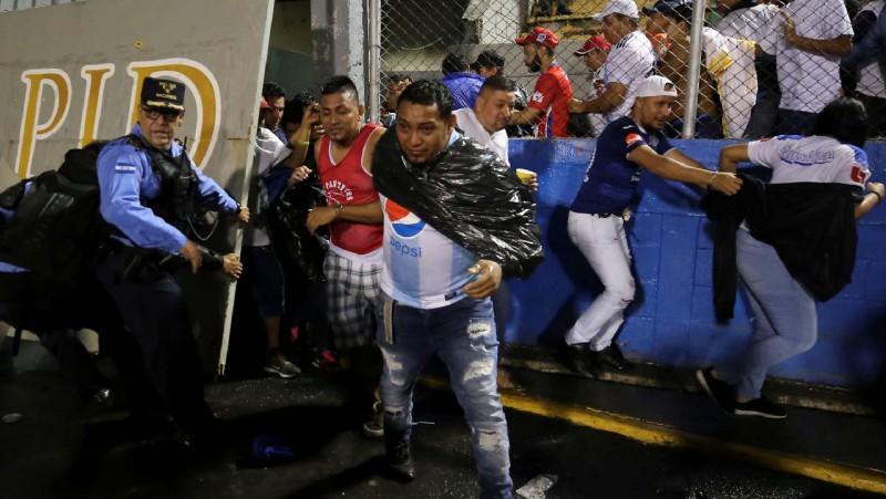 Hondurasā fanu sacelšanās laikā pirms galvaspilsētas derbija trīs cilvēki zaudē dzīvību