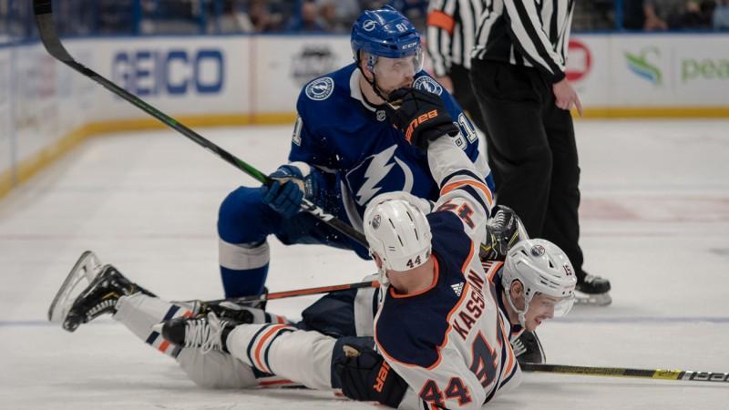 """""""Oilers"""" rupeklim Kasjanam septiņu spēļu diskvalifikācija par speršanu pretiniekam"""