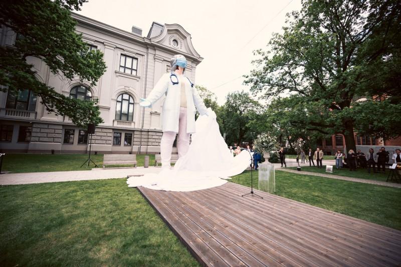 Ar vērienīgas skulptūras atklāšanu Rīgā sabiedrība saka paldies mediķiem