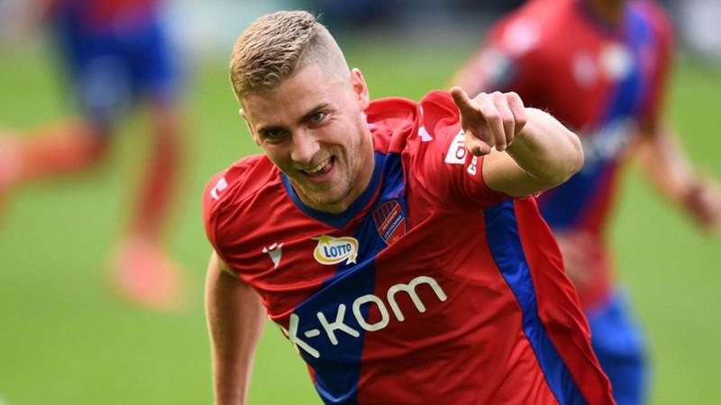 """Gutkovskis trīs pendeļu spēlē paceļas uz Ekstraklases snaiperu """"topa"""" galvgali"""