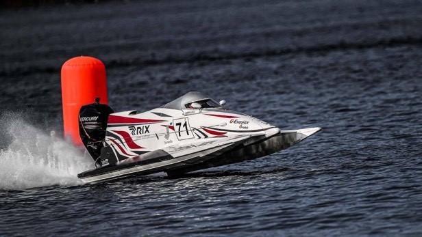 Lijcam cīņa par pasaules čempiontitulu ''Formulā 4'' beidzas ar gaisā uzmestu kūleni