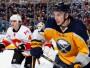 """GIRGENSONS 19 GADOS JŪTAS NHL KĀ MĀJĀS. 2013. gada pirmo pusi Zemgus Girgensons aizvadīja AHL un sezonas beigās tika atzīts par savas komandas Ročesteras """"Americans"""" progresējušāko spēlētāju. Pēc izstāšanās no Kaldera kausa izcīņas Girgensons palīdzēja Latvijas izlasei Helsinkos saglabāt vietu Elitē, bet 3. oktobrī debitēja NHL Bufalo """"Sabres"""" sastāvā, jau pirmajā mačā gūstot vārtus! 19 gadus vecais uzbrucējs aizvien labāk iejūtas pasaules spēcīgākajā līgā un 27. decembrī savā 37. spēlē NHL izdarīja 10. rezultatīvo piespēli - Zemgum arī četri vārti, tātad 14 punkti šī materiāla tapšanas brīdī."""