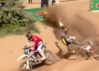 """Video: """"KTM"""" komandas debitants cīņā par uzvaru piedzīvo smagu kritienu"""