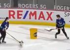 Video: Atraktīvs ledus tīrītājs izpelnās līdzjutēju uzmanību