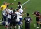 Video: Finālā futbolistam iemet ar alus glāzi