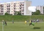Video: Spēles laikā nolaižas izpletņlēcējs un izpelnās dzelteno kartīti