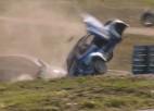 Video: Baumaņa konkurents, būdams līderis, uzmet vairākus kūleņus un iznīcina automašīnu