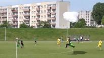 Spēles laikā nolaižas izpletņlēcējs un izpelnās dzelteno kartīti