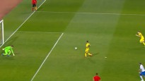 Futbolisti mēģina izspēlēt 11m soda sitienu