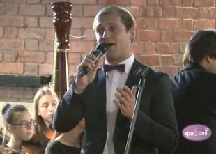 """Video: Daumants Kalniņš Sv. Pētera baznīcā. """"Dzejnieka mīlas vārdi""""."""