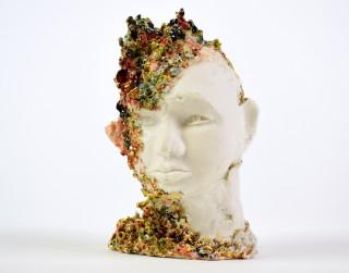 """Rīgas Porcelāna muzeja skatlogos skatāma izstāde """"Asimetriskas kustības""""  un Elīnas Titānes mākslas darbi"""