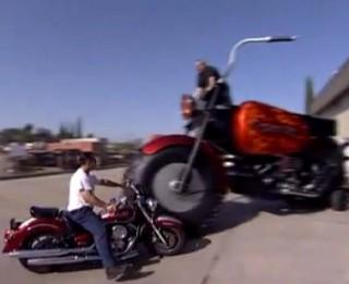 Video: Kā izskatās lielākais motocikls pasaulē