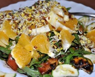 Svaigie salāti ar apelsīniem un diedzētām redīsu sēklām
